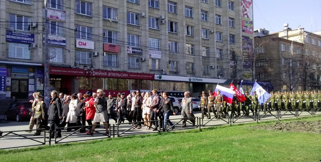 Колонна студентов и сотрудников ЮУрГУ