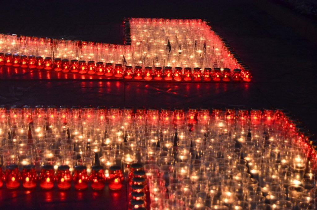 Свечи перед памятником танкистам-добровольцам