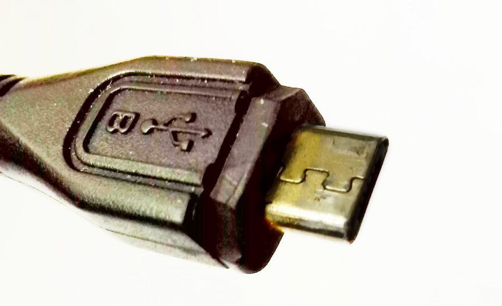 Обрезанный разъём USB Micro B