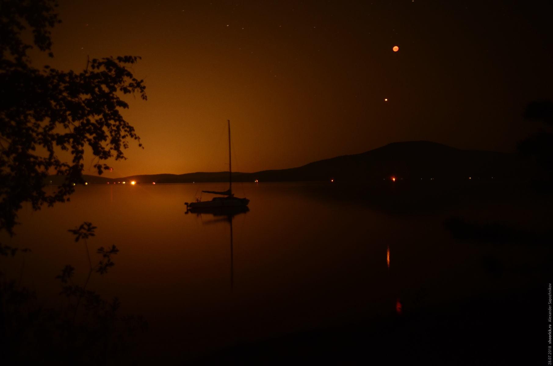 Лунное затмение над озером Тургояк